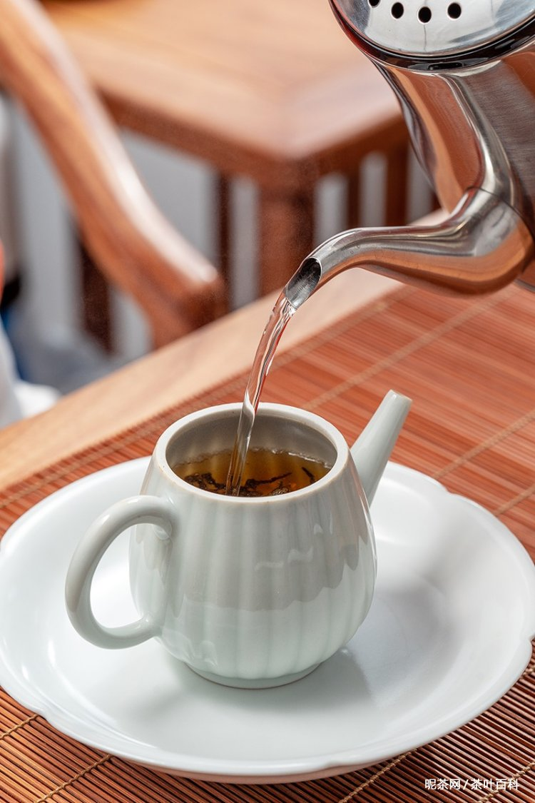 茶壶口不能对人,进门上茶表示尊敬