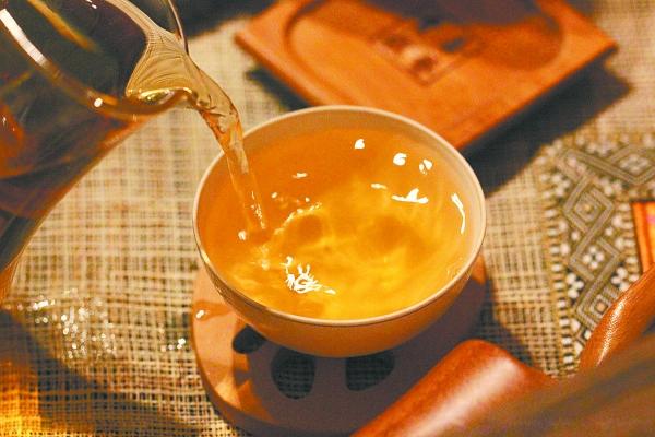 秋天喝什么茶润肺去燥(秋天喝茶对身体有什么好处?秋天适合喝什么茶?)