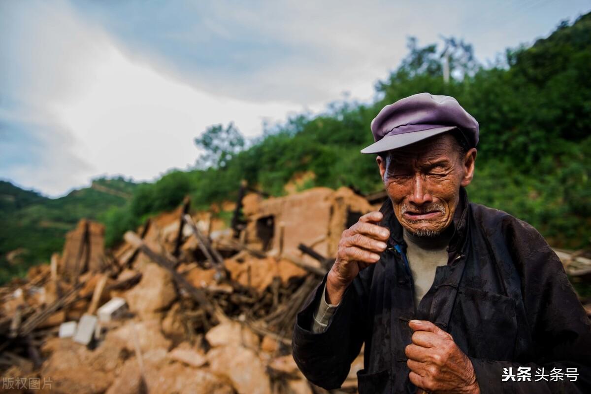 64岁老人哭诉:长寿不是福,91岁父亲刚出院,88岁岳父又住院,难